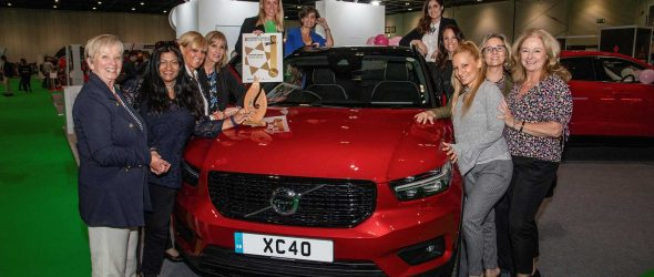 Miembros del jurado del Women's World Car of the Year junto al Volvo XC40